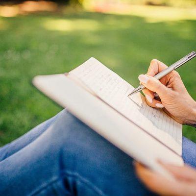 Zelfinzicht verkrijgen met journaling Journaling helpt je bij je persoonlijke- en spirituele ontwikkeling. Het is een eenvoudige maar diepgaande manier om te groeien op elk niveau (mentaal, emotioneel, fysiek en spiritueel).  Journaling is een goed hulpmiddel om jezelf te leren kennen. Het helpt je namelijk om erachter te komen wat er in je hoofd omgaat en alle mentale chaos en emotionele turbulentie die je van binnen voelt te begrijpen. Wanneer jezelf je gedachten onderzoekt krijg je kennis uit eerste hand. Op deze manier probeer je actief te begrijpen, door directe ervaring, wie je in essentie bent en wat je het meest waardeert diep van binnen.  Het doet er niet toe of je goed kunt schrijven en je hoeft je ook geen zorgen te maken over grammatica of spelling. Wat er toe doet, is je houding en intentie. Ben je geïnteresseerd om te groeien en meer over jezelf te leren? Het verlangen om te leren daar gaat het om. Dus zolang je oprecht meer over jezelf wilt te ontdekken, ben je op de goede weg. Als het op journaling aankomt hoef je niets anders te leren dan zelfbewust te zijn.  Wat is journaling?  Journaling is het opschrijven van je gedachten en gevoelens met het oog op zelfanalyse, zelfontdekking en zelfreflectie. Als een van de oudste vormen van zelfhulp ter wereld gaat journaling over het verkennen van iemands eigen gedachten, gevoelens, impulsen, herinneringen, doelen en verborgen verlangens door middel van het geschreven woord. Als zodanig wordt journaling vaak voorgeschreven door therapeuten, counselors en spirituele mentoren als een krachtige manier om meer zelfinzicht en compassie te ontwikkelen.  In de eerste plaats gaat journaling over verkenning: onderzoeken wie je bent, wat je denkt, hoe je je voelt en de manier waarop je de dagelijkse gebeurtenissen van het leven verwerkt. Als bijproduct verkrijg je meer helderheid en inzicht in je geest en emoties, wat leidt tot een verhoogd zelfbewustzijn. Als je zelfbewuster bent, zul je je beter aangepast, geaard en 