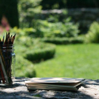 Starten met journaling Als je wilt beginnen met journaling - of in het verleden hebt geprobeerd maar er nooit een gewoonte van hebt gemaakt - volgen hier enkele tips: 1. Maak je geen zorgen over het mediumVeel mensen vragen zich af of papieren dagboeken of digitale dagboeken beter zijn. Geen van hen is superieur: het hangt allemaal af van de gebruiker. Als je graag over je gedachten nadenkt en langzaam gaat, is schrijven in een traditioneel papieren journal misschien het beste voor je. Als je echter de voorkeur geeft aan het gemak van typen en graag snel beweegt met je gedachten, dan wil je misschien liever een online journal of app proberen, zoals Penzu of een andere wachtwoord-beveiligde website. Probeer beide uit en ervaar wat het beste bevalt. 2. Houd je dagboek privéJe journal is alleen voor jouw ogen bestemd. Dus niet delen op social-media en zelfs niet delen met je vrienden, partner of familieleden. Waarom? Omdat wanneer we gedachten en gevoelens met anderen delen, we de neiging hebben ze te screenen op aanvaardbaarheid. Je journal moet een plek zijn waar je vrij kunt schrijven zonder bang te hoeven zijn voor oordeel of kritiek - daarom is het beter om het privé te houden. Om je journal te beveiligen kun je een met een wachtwoord beveiligde website zoals Penzu gebruiken. Bij een fysiek journal kun je kiezen voor een exemplaar met een slot (of deze heel goed verbergen). Hoe zekerder je bent dat je gedachten privé blijven, hoe gemakkelijker het voor je is om zonder remming te schrijven. 3. Doe geen moeite met spelling, grammatica en interpunctieHet bewerken van je schrijfsels op spel- en grammatica fouten belemmert de stroom van gedachten en gevoelens en kan die zelfs stoppen omdat je te druk bent met je 'aan de regeltjes houden'. Probeer dit te voorkomen laat het gewoon allemaal los en schrijf gewoon - het voelt zoveel beter! 4. Je hoeft geen goede schrijver te zijn Het doel van journaling is niet om een literair meesterwerk te schrijven, het gaat om zelf- ref